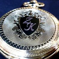 Kapesní hodinky s iniciálem