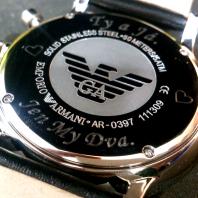 Armani hodinky s originálním rytím
