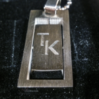 Přívěšek s rytím iniciál